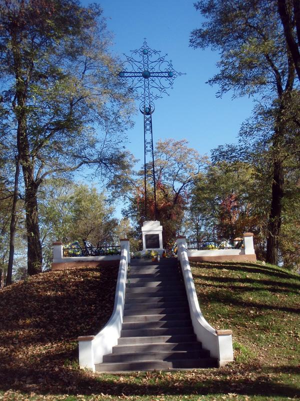 Фото 2. Курган із 8-ми метровим залізним хрестом